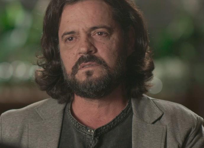 O escritor fica surpreso com a atitude de Emília (Foto: TV Globo)