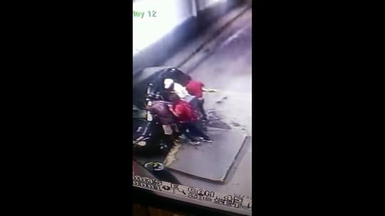 No Recife, vídeo flagra assalto em estacionamento de supermercado