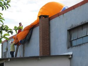 Paraquedista perde controle de paraglider e cai em cima de casa em São Vicente. (Foto: Silvio Muniz /G1)