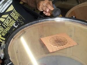 Parafuso é zabumbeiro há 46 anos e fabrica três zabumbas por mês em Campina Grande (Foto: Rafael Melo/ G1)