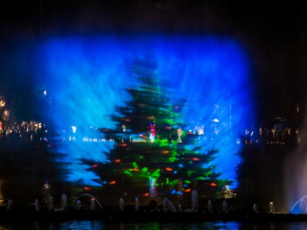 Tela de água faz parte da decoração de Natal da Lagoa do Taquaral em Campinas (SP) (Foto: Foto Perigo)