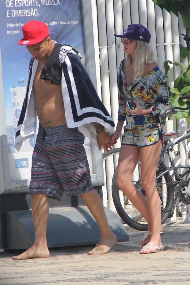 Barbara Evans e Paolo Guerrero namoram em praia no RJ GALERIA (Foto: Rodrigo dos Anjos/AgNews)