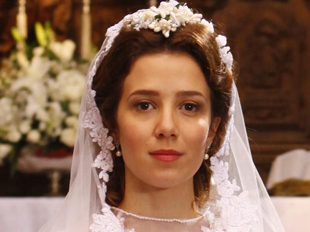 Laura não está certa de que o casamento seja bom para ela (Foto: Lado a Lado / TV Globo)