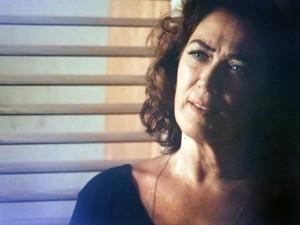 Marta discute com Isis na calada da noite (Foto: TV Globo)