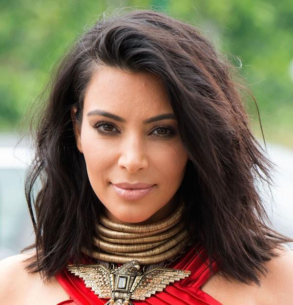 2 meses depois de platinar, Kim voltou ao seu tom de cabelo natural (Foto: Getty Images)