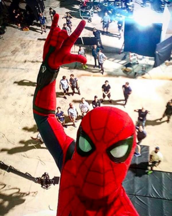 A selfie tirada por Tom Holland nas filmagens do novo 'Homem-Aranha' (Foto: Instagram)