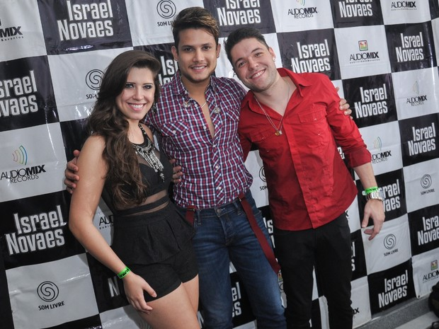 Ex-BBBs Andressa Ganacin e Nasser posam com o cantor Jorge Israel antes de show no Rio (Foto: João Pedro Durão/ Divulgação)