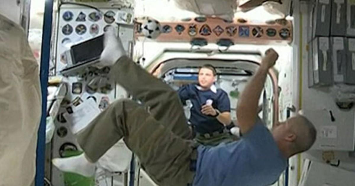 No espírito da Copa, astronautas batem bola em órbita
