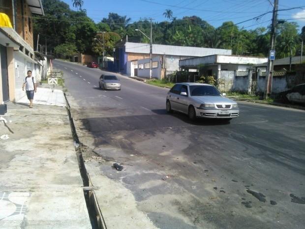 Lombada da cor do asfalto surpreende motoristas na Zona Norte de Manaus (Foto: Francisco Elias da Cunha Filho/VC no G1)