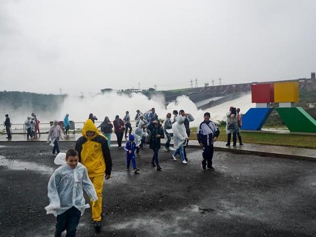 Turistas se impressaionaram com o volume de água que saiu da usina neste domingo (Foto: Adenésio Zanella /Itaipu Binacional)