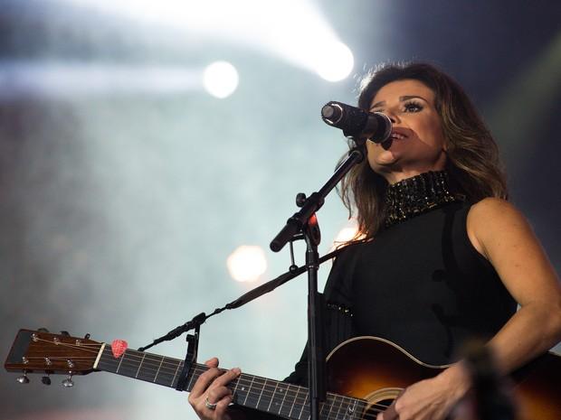 Paula Fernandes agradou os fãs com repertório mesclando sertanejo de raiz e estilo country em Barretos, SP (Foto: Érico Andrade/G1)