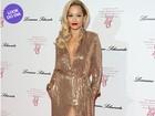 Look do dia: Rita Ora usa modelito dourado em festa em Londres