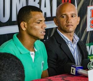 Marcos Silva, atual campeão do Náuas Combat, e Márcio Morais, organizador (Foto: Adelcimar Carvalho)