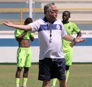 Josué Teixeira comanda treino no Macaé (Foto: Tiago Ferreira)