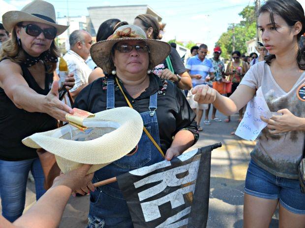 Servidores arrencadaram dinheiro para professora de Epitaciolândia (Foto: Aline Nascimento/G1)