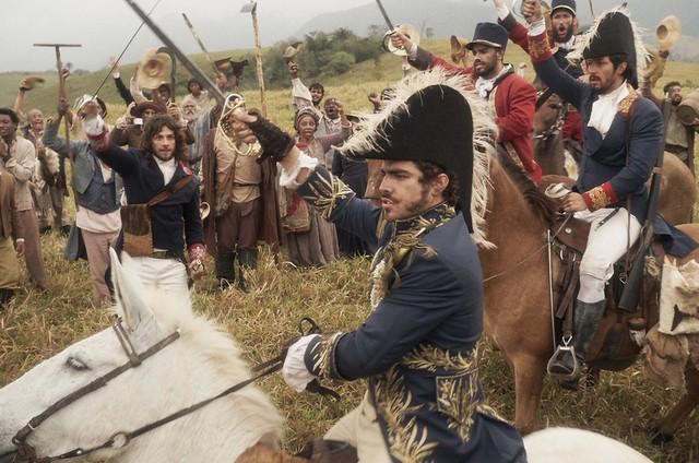 Caio Castro na cena da proclamação da independência em 'Novo Mundo' (Foto: TV Globo)