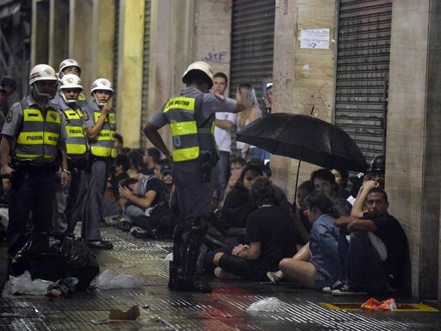 Policiais cercam manifestantes no centro de São Paulo após protestos. (Foto: Nelson Almeida/AFP)