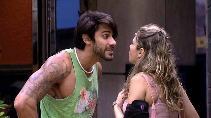 Festa Elfos barraco 2 Renan e Ana Paula 13_02 (Foto: TV Globo)