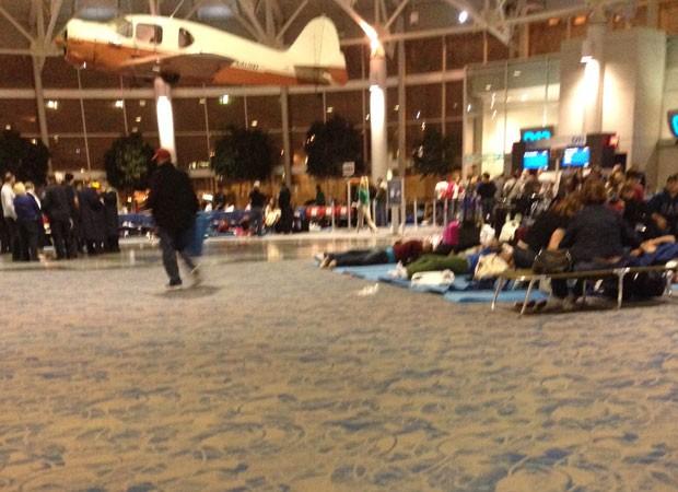 Brasileiros passam a noite no aeroporto de Charlotte (Foto: Caio Orenga/VC no G1)