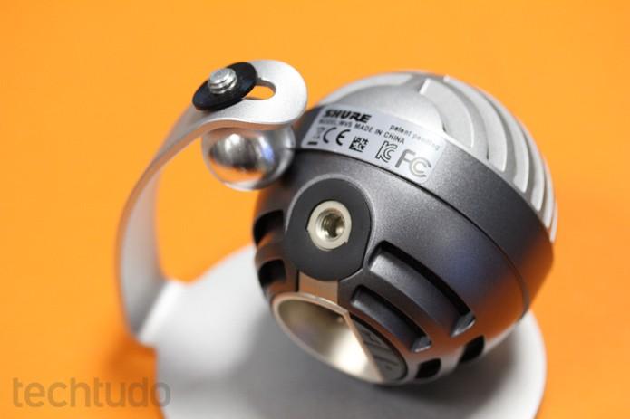 Com fixação em rosca, é possível usar o Shure MV5 no seu próprio pedestal ou tripés de câmeras (Foto: Melissa Cruz / TechTudo)