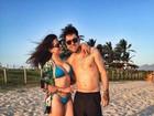 Andressa Ganacin e Nasser Rodrigues posam juntinhos em praia no Rio