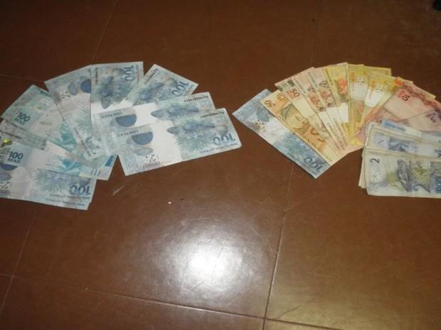 Policiais encontraram R$ 2 mil falsificados que seriam distribuídos no comércio local. Rio Preto (Foto: Divulgação/Polícia Militar)
