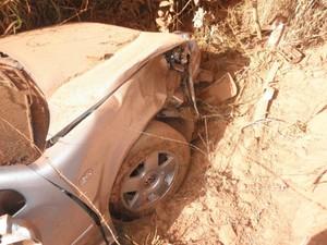 Motorista teria perdido controle na curva e caído em buraco  (Foto: Divulgação/ Polícia Militar de Manduri)