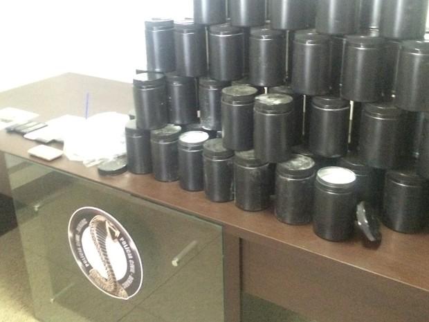 Polícia apreendeu 68 kg de insumos e 1,5 kg de cocaína em operação em Goiás (Foto: Murillo Velasco/G1)