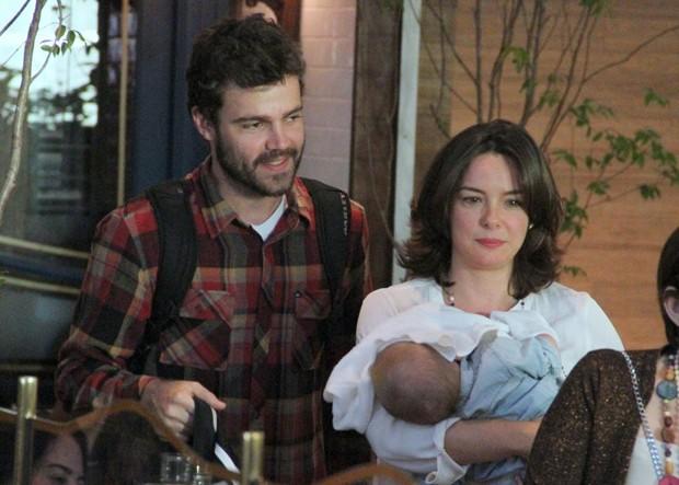 Regiane Alves durante passeio com o marido, João Gomes, e com o filho, João Gabriel (Foto: Agnews)