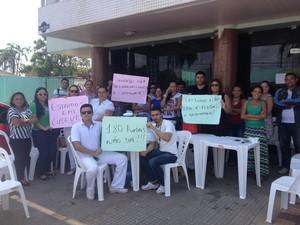 Categoria protestou em frente à sede administrativa do hospital em Macapá (Foto: John Pacheco/G1)