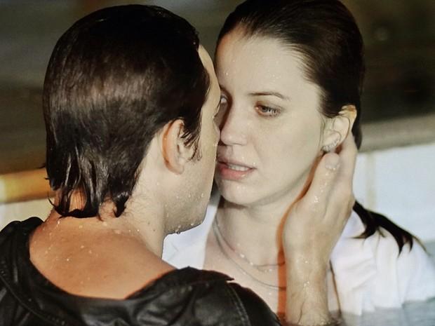 Caíque não resiste e tenta dar um beijo na amada (Foto: Gshow)