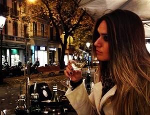 Laryssa posta foto em restaurante de Barcelona. (Foto: Facebook /Reprodução)