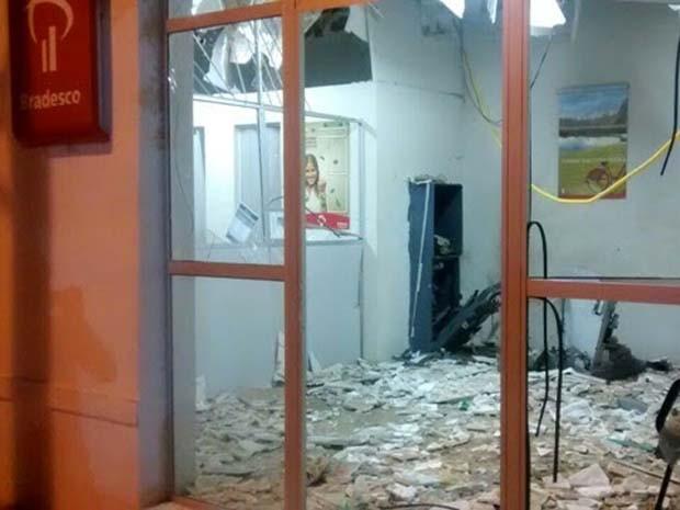 Criminosos roubaram o dinheiro e fugiram (Foto: Francisco Coelho/Focoelho.com)