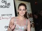 Kristen Stewart usa vestido transparente e de gosto duvidoso