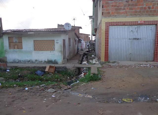 Internauta afirmou que esgoto já está descoberto há mais de cinco anos (Foto: Fábia Raiane dos Santos)