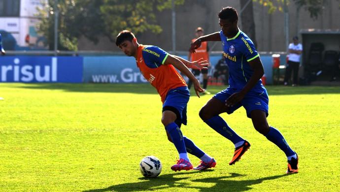 Alan Ruiz e Ronan disputam bola no treino do Grêmio (Foto: Diego Guichard/GloboEsporte.com)