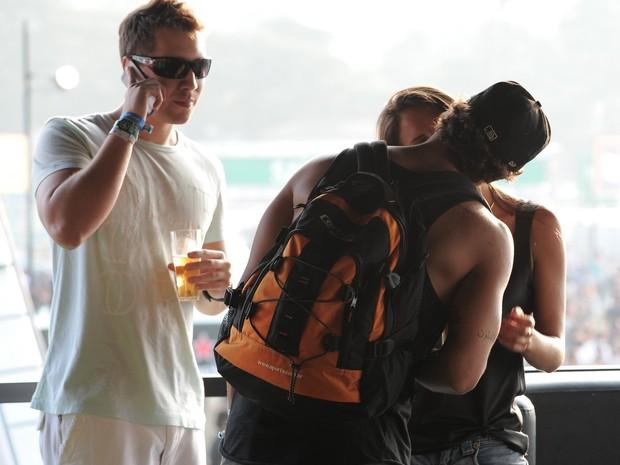 Caio Castro beija morena no Lollapaloozza (Foto: Agnews/ Agnews)