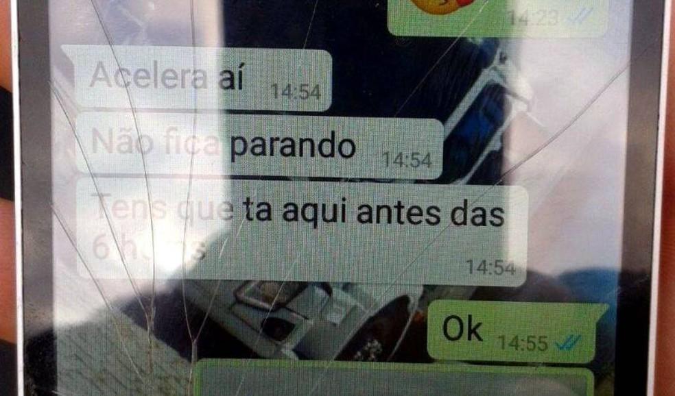 Caminhoneiro mostrou à PRF mensagem de gestor para que chegasse rápido ao destino (Foto: PRF/Divulgação)