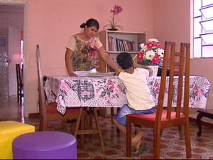Cenira é mãe social e mora com as crianças e adolescentes (Foto: Felipe Lazzarotto/EPTV)