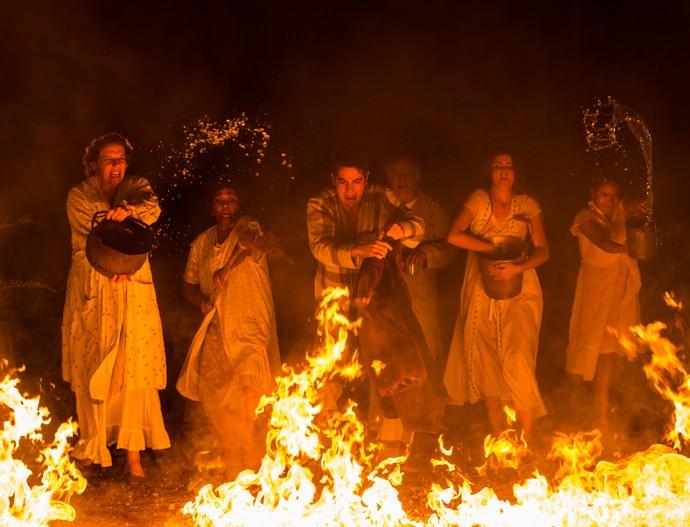 Família apaga o fogo enquanto Zé luta com Alcides (Foto: Fabiano Battagllin/Gshow)