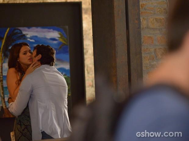 Luiza se esquiva ao ver o ex de olho nela (Foto: Raphael Dias/TV Globo)