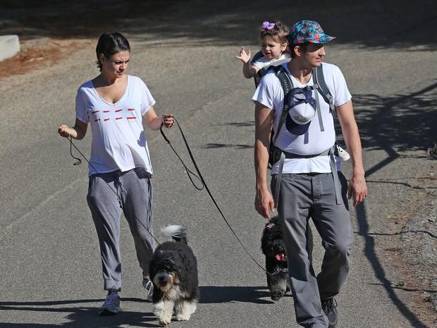 Ashton Kutcher e Mila Kunis com a filha, Wyatt Isabelle, em Los Angeles, nos Estados Unidos (Foto: Grosby Group/ Agência)