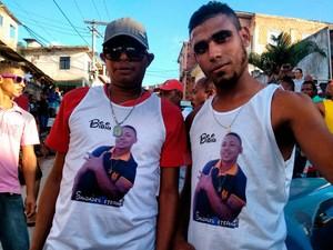 Colegas do mototaxista que morreu em acidente usaram camisetas em homenagem à vítima (Foto: Maiana Belo/G1)