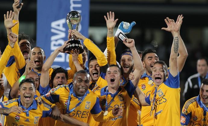 Jogadores do Tigres levantam a taça de campeão mexicano (Foto: EFE)