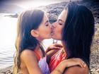 De férias, Alessandra Ambrósio posta foto em que dá selinho na filha