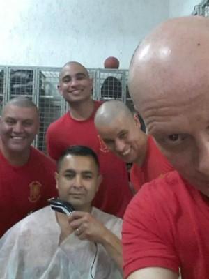 Um sargento teve a ideia e o pessoal raspou o cabelo no sábado (6) (Foto: Fabio Bomm/ Arquivo Pessoal)