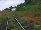 Trem consegue parar e não bate em Kombi que ficou presa sobre trilho