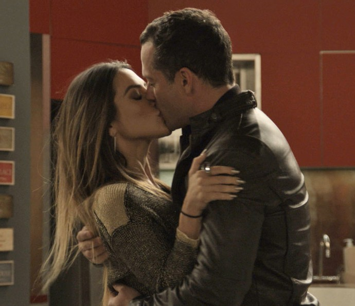 Apolo e Tamara curtem o clima de romance (Foto: TV Globo)