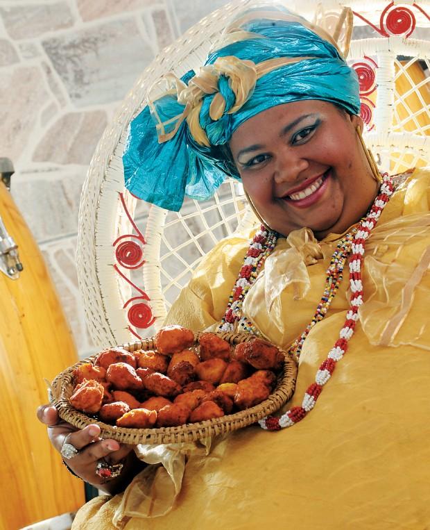 CEIA NO TERREIRO A iabassê e chef Carmen Virgínia com um cesto de acarajés. Donos de restaurantes sofisticados agora pesquisam os pratos divinos do candomblé (Foto: Leo Caldas/ÉPOCA)