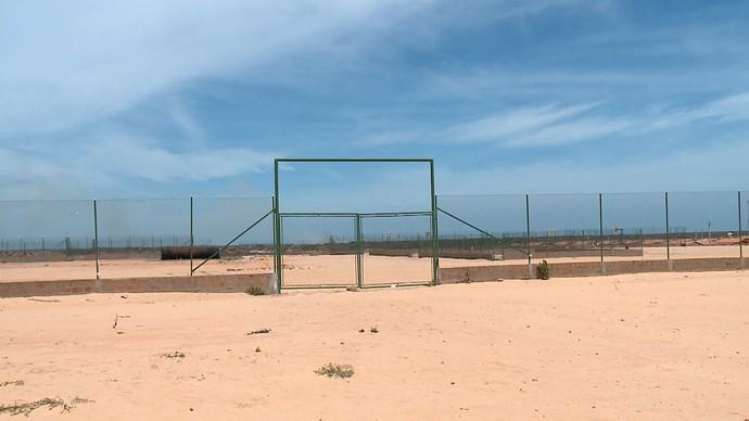 Vila Olímpica de R$ 200 milhões não sai e atletas treinam em chão batido (Foto: TV Clube)